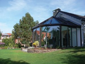 niewielki ogród zimowy na szczycie domku jednorodzinnego. Tendergroup Sunroom