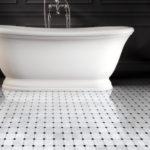 Devon&Devon, płytki podłogowe retro, mozaika marmurowa white Carrara i Black Marquina, Elite 1, wanna Celine