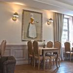 Restauracja, stoły i krzesła stylizowane