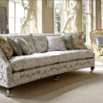 Duża wygodna kanapa w klasycznym stylu z poduszkami - Duresta Hornblower