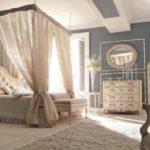 Savio Firmino, sypialnia, łóżko z baldachimem, szafka nocna, lampka nocna, komoda, lustro