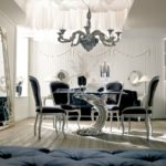 Elegancki stół, krzesła, lustro, lampy nocne, żyrandol
