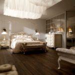 Eleganckie łoże, lustra, lampki nocne, stolik nocny, ława
