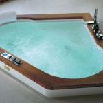 Narożna wanna do hydroterapii Jacuzzi® Aura Corner Teak 160x160cm