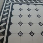 Biało-czarna mozaika historyczna - oktagony z kosteczkami