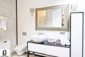 Salon łazienkowy: umywalka nablatowa, szafka pod umywalkę, duże lustro