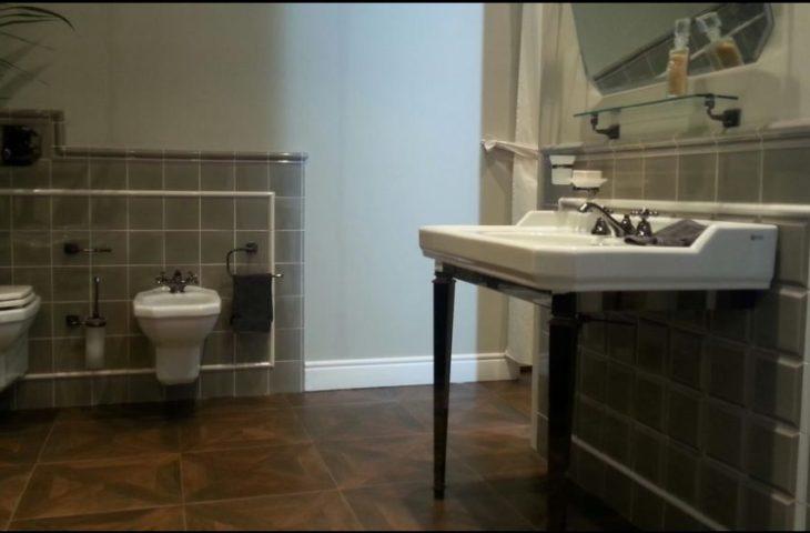 Sbordoni elegancki salon łazienkowy z podwieszanym wc i bidetem i konsolą