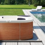 Delfi Pro 190x190x80 H basen Jacuzzi całoroczny ustawiony na plaży drewnianej.
