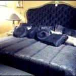 Królewskie granatowe łóżko z najlepszych włoskich tkanin od Savio Firmino