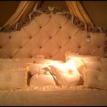 Dwuosobowe komfortowe łóżko w stylu retro złoty ornament