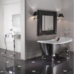 elegancka łazienka wanną żeliwną i konsolą